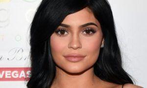 Kylie Jenner e sua figlia: Stesso abito per la festa di Natale (foto)