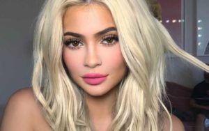 Kylie Jenner: Nuovo look con i capelli azzurri (foto)
