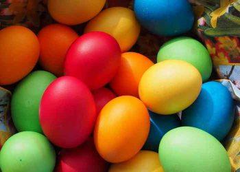 Cotto e mangiato uova sode colorate
