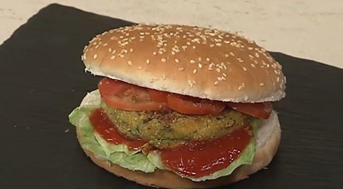 Cotto e mangiato hamburger vegetariano